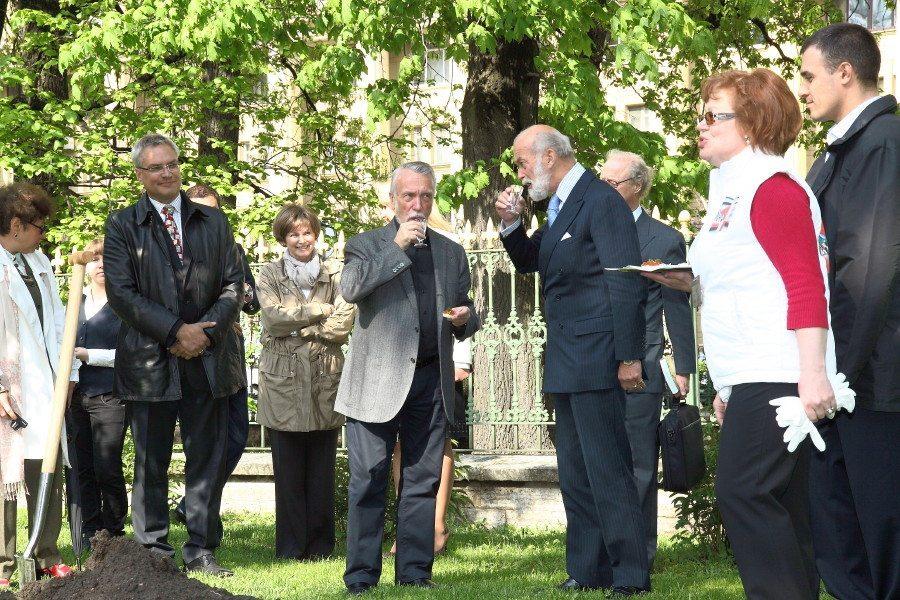 Принц Майкл Кентский сажает дуб 25.05.2011