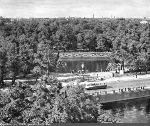 Цветник на откосе Карпиевого пруда в Летнем саду после окончания войны