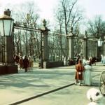 7. Кадр из фильма Пиковая дама 1960 г. У Невской ограды Летнего сада